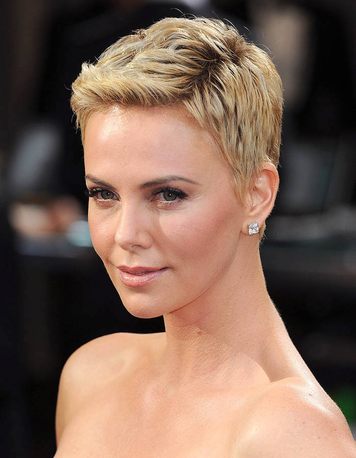 charlize-theron-cheveux-courts