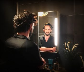 Dans la salle de bain de Tom Sapin, maquilleur aux 1000 facettes